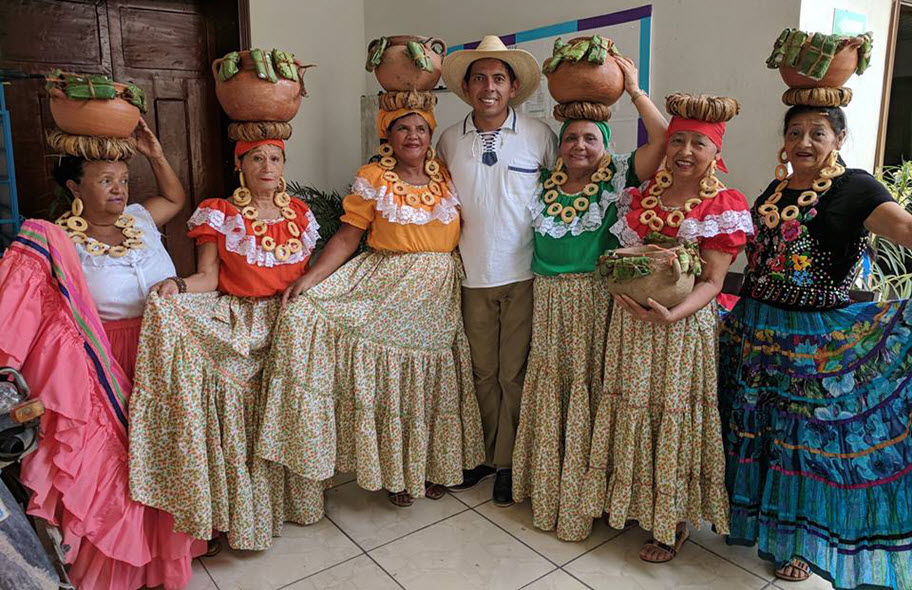 Photo of Johann with women from the Villa de San Antonio.